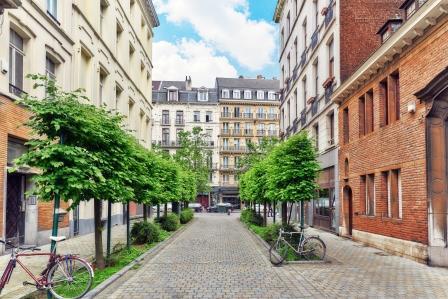 Straat met kleinere appartementsgebouwen